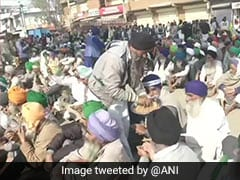 Protesting Farmers Offer <i>Prasad</i> To Cops As Nation Celebrates Guru Nanak Jayanti