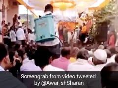 शादी में शख्स ने लोगों को ऐसे किया सैनेटाइज, तो IAS बोला- 'कभी इत्र छिड़का जाता था और अब...' - देखें Video