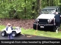 खाई में फंसी पिता की कार, तो बेटे ने खिलौना गाड़ी से ऐसे खींची भारी भरकम कार - देखें Viral Video