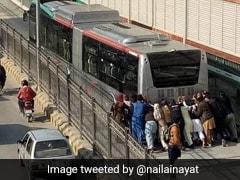 पाकिस्तान में BRT बस हुई खराब तो लोगों ने लगाया धक्का, भारतीयो ने किया Troll, बोले- 'मेड इन चाइना...' - देखें Video