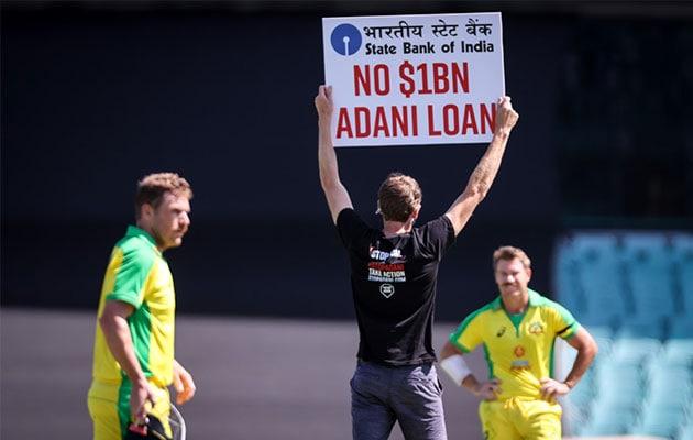 भारत आस्ट्रेलिया वनडे के दौरान मैदान पर दो प्रदर्शनकारी घुसे