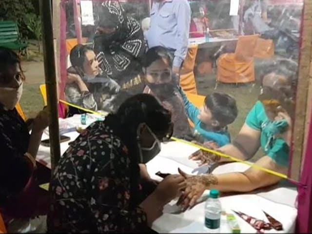 Video : Karva Chauth Amid Covid: Glass Shields Separate Mehndi Artists, Customer In Delhi