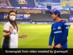 IPL 2020: इंटरव्यू दे रहे थे क्विंटन डि कॉक, पीछे से आईं नीता अंबानी, कैमरे को देखते ही बोलीं- Sorry - देखें Video