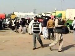 किसानों को सोशल डिस्टेंसिंग का पाठ, अमित शाह खुद कर रहे रोड शो : AAP