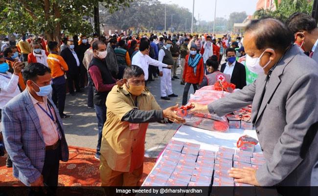 Health Minister Distributes Masks, Soaps At Old Delhi Railway Station