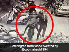 मोबाइल चुराकर बाइक से भागे चोर, पुलिस इंस्पेक्टर ने पीछे दौड़कर पकड़ा, IPS बोला- 'फिल्मी सीन नहीं है...' - देखें Video