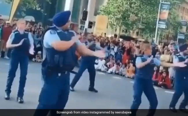 न्यूजीलैंड पुलिस ने ऑकलैंड की सड़कों पर यूं किया भांगड़ा, Video शेयर कर नीरू बाजवा बोलीं- दिन बना दिया...