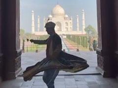 अक्षय कुमार हाथ में गुलाब लेकर ताजमहल के सामने यूं डांस करते आए नजर, देखें Video