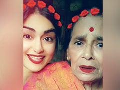 अदा शर्मा दादी संग 'दिल चीज क्या है' गाने पर रियाज करती आईं नजर, Viral हुआ Cute Video