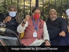 जंतर-मंतर पर कांग्रेस सांसदों के साथ धरने पर बैठे शशि थरूर, किसान आंदोलन को लेकर कही बड़ी बात