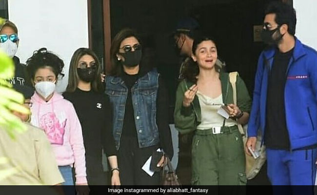 Alia Bhatt Flies Out For A Vacation With Boyfriend Ranbir Kapoor And His Family