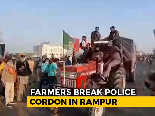 Video : Watch: UP Farmers On Way To Delhi Break Police Barricades At Rampur