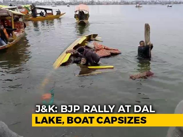 Video : BJP Campaign <i>Shikara</i> Overturns In Srinagar's Dal Lake, 4 Leaders Rescued