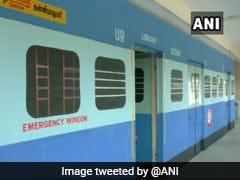 तमिलनाडु के सरकारी स्कूल में ट्रेन के डिब्बों जैसे पेंट किए गए बरामदे, बिना ट्रेन बच्चों को होगा सफर का अनुभव, देखें फोटोज़