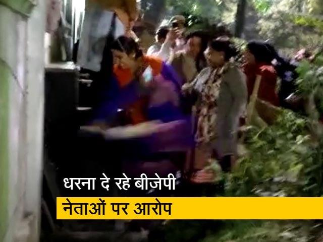 Videos : केजरीवाल के घर के बाहर BJP नेताओं ने की तोड़फोड़