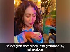 Neha Kakkar ने टपरी पर चटकारे लेकर खाए गोलगप्पे, 24 लाख से भी ज्यादा बार देखा गया Video