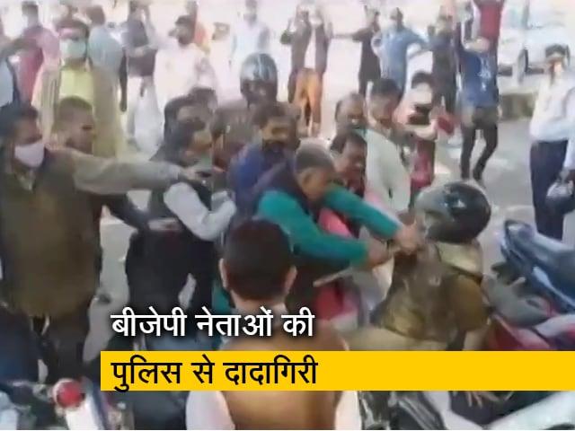 Videos : झांसी में  सिटी एसपी को बीजेपी नेताओं ने धक्का देकर गिराया