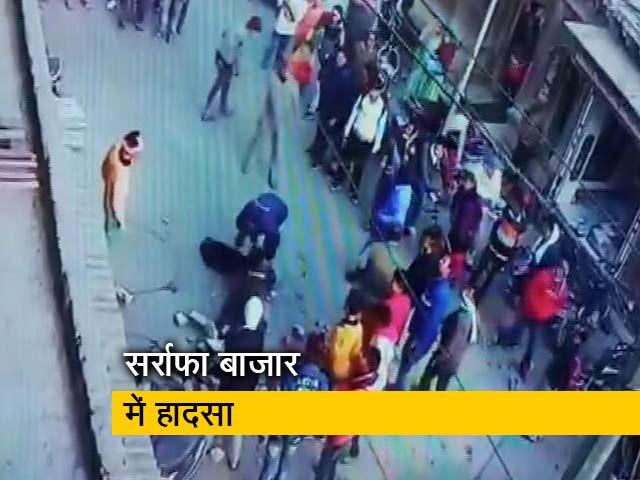 Videos : 3 मंजिला इमारत से गिरा ईंटों का पिलर, युवक घायल