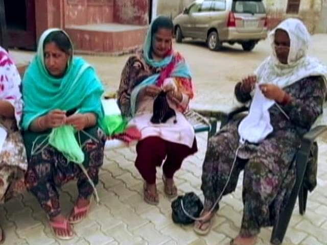 Video : Women Knit Sweaters, Sportsmen Wash Farmers' Clothes To Keep The Protest Alive