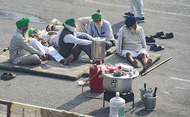 दिल्ली की गाजीपुर बार्डर पर किसान आंदोलन में चोर हाथ साफ कर रहे
