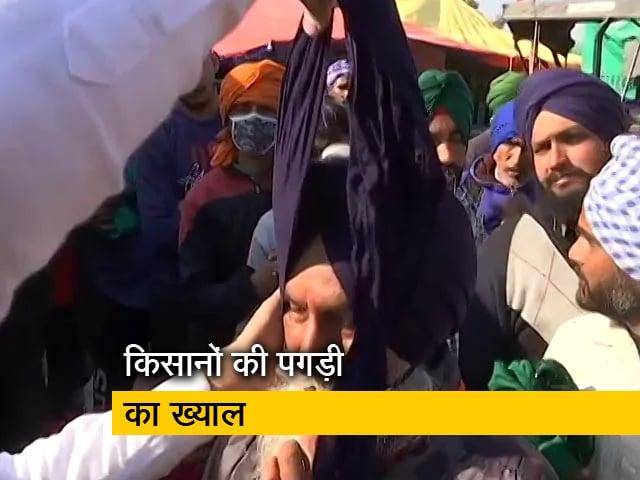 Videos : आंदोलनकारी किसानों को पगड़ी पहनाकर कर रहे सम्मान