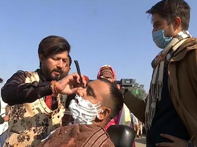 "Video : At  Farmers' Protest, ""Crazy Salon"" Arrives: Free Hair Colour, Beard Trim"