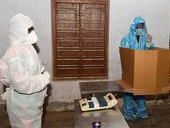 केरल में हो रहे निकाय चुनाव में कोरोना संक्रमित ने PPE किट पहनकर किया मतदान