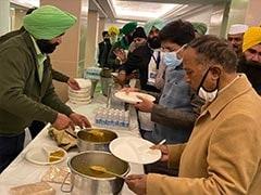 पांच दौर की बेनतीजा वार्ता के बाद मंत्रियों ने छठे चरण में किसानों के साथ लंगर का भोजन किया