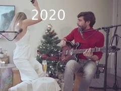 Boyfriend के साथ गाना गा रही थी लड़की, अचानक लग गई बालों में आग, और फिर - देखें Video