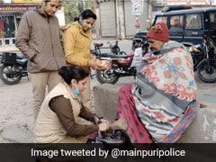 कड़ाके की ठंड में नंगे पैर घूम रही थी बुज़ुर्ग महिला, पसीजा SHO का दिल, अपने पैसों से खरीदकर पहनाए जूते