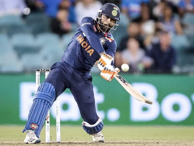 هند و استرالیا ، مسابقات یکم T20I: جاستین لانگر یک مسابقه شفاهی با یک داور مسابقه برای جایگزینی ضربه مغزی توسط راوینندرای جادا دارد.  تماشا کردن