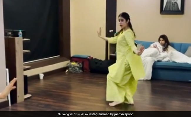 "Janhvi Kapoor ""Hopes"" Her Followers Have been ""Amused"" By Her Video Unlike Her Sister Khushi"