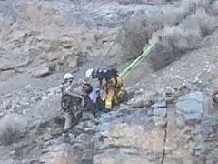 पहाड़ पर चढ़ते वक्त नीचे गिरा हाइकर, लटका रहा 5 घंटे तक और फिर ऐसे बची जान - देखें Video