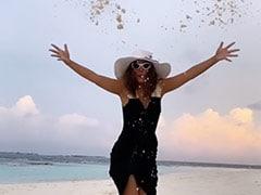 Hina Khan मालदीव में बीच पर रेत से खेलती आईं नजर, मस्ती करते हुए Video हुआ वायरल