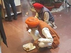 किसानों ने लंच के दौरान सरकारी भोजन को इन्कार कर खाया लंगर तो प्रकाश राज बोले- आत्म सम्मान...