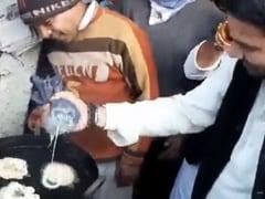 VIDEO देखें: हसनपुर के दौरे पर पहुंचे RJD नेता तेज प्रताप यादव, जलेबियां बनाते आए नजर