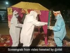 VIDEO : शादी वाले दिन दुल्हन हुई कोविड पॉजिटिव, PPE किट पहनकर लिए सात फेरे