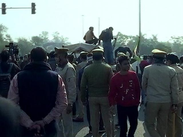 Video : UP Farmers Block Key Delhi-Noida Border By Parking Their Tractor