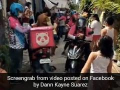 लड़की ने ऑनलाइन ऑर्डर किया खाना, 42 डिलीवरी बॉय पहुंच गए खाना देने, वायरल हुआ Video