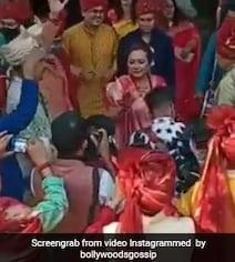 आदित्य नारायण ने मम्मी-पापा के साथ अपनी ही बारात में यूं झूमकर किया डांस, धूम मचा रहा है Video