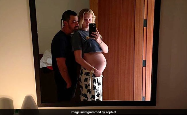 The Internet Hearts Sophie Turner's Baby Bump Throwback And So Do We