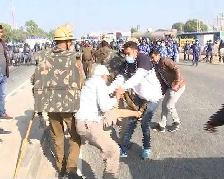 Video: Cops Climb Tractors, Snatch Keys In Clash With Farmers On Highway - NDTV