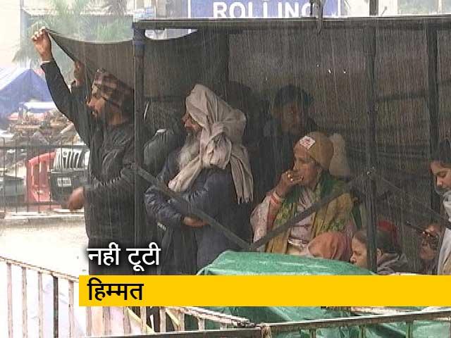 Videos : बारिश भी नहीं तोड़ पा रही किसानों का हौसला
