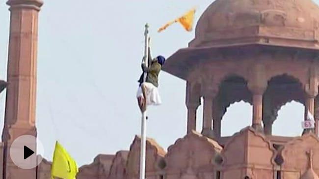 Farmers At Red Fort   Farmer Enters in Lal Quila Hosted Their Flag - दिल्ली में हालात बेकाबू, लालकिले पर फहराया किसान संगठन का झंडा वीडियो - हिन्दी न्यूज़ वीडियो ...