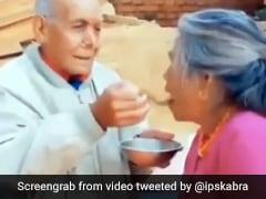 बुजुर्ग कपल ने एक-दूसरे को खूबसूरत अंदाज में खिलाया खाना, देख IPS बोला- अब तक का सबसे प्यारा Video