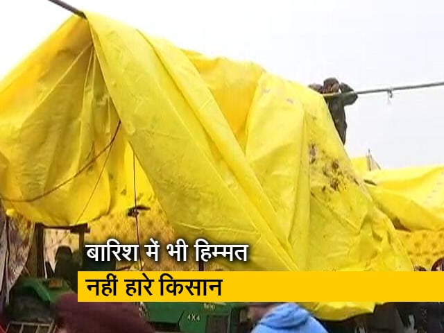 Videos : कड़ाके की ठंड और बारिश के बीच बहादुरी से अपनी मांगों पर डटे किसान