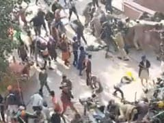 जब किसानों से बचने के लिए दीवार कूदने को मजबूर हुए पुलिस वाले, देखें VIDEO