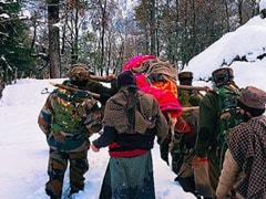 कश्मीर में फरिश्ते बने जवान, बर्फबारी के बीच गर्भवती महिला को कंधों पर पहुंचाया अस्पताल- देखें Photos