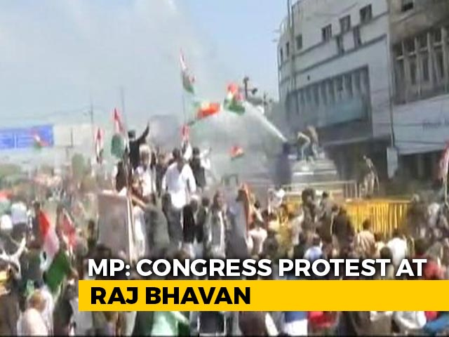 Video : Chaos At Congress's Bhopal Pro-Farmer Rally As Cops Use Tear Gas, Water Cannons, Lathis