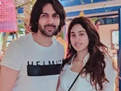 Just A Viral Pic Of Kartik Aaryan And Janhvi Kapoor, Twinning In White, From Goa